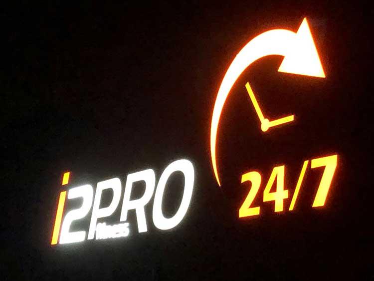 Logo von i2PRO als Lichtwerbung
